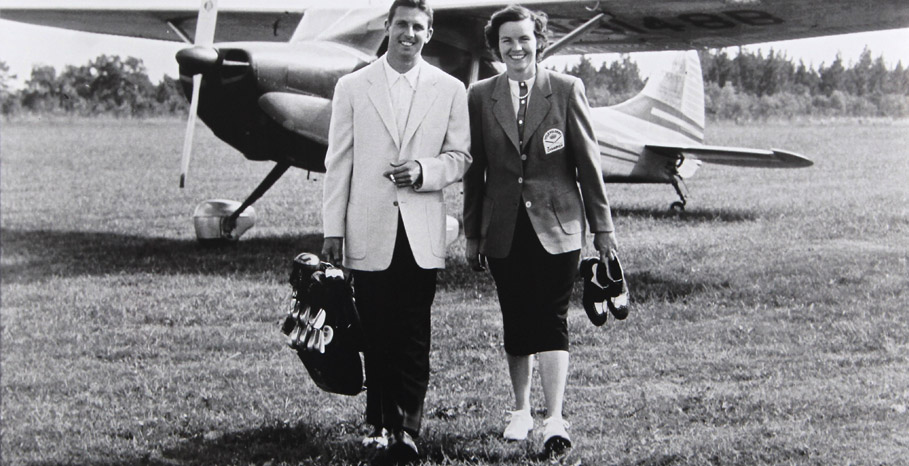 Golf couple arriving to ACCC by plane
